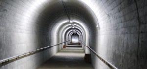 不二洞 入口からの長いトンネル