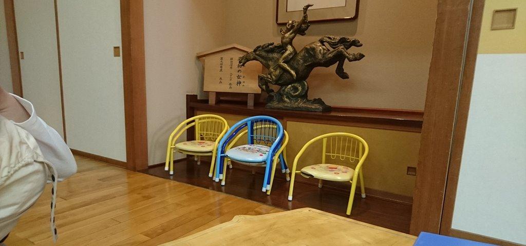 大澤屋の広間にある子供用の椅子