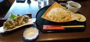 田丸屋の大盛うどんと舞茸天ぷら